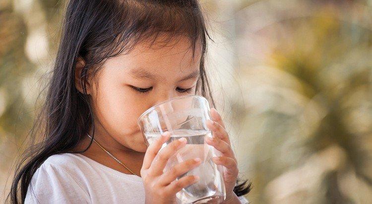 китайский ребенок пьет кипяток, а не сидит в тиктоке