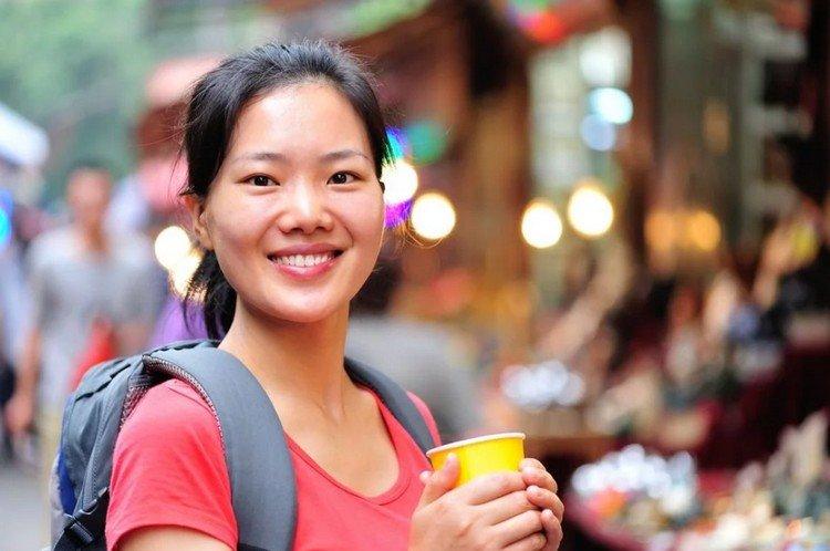 красивая китайская девушка пьет кипяток