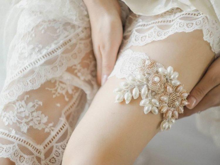 для чего нужна подвязка невесте на ногу