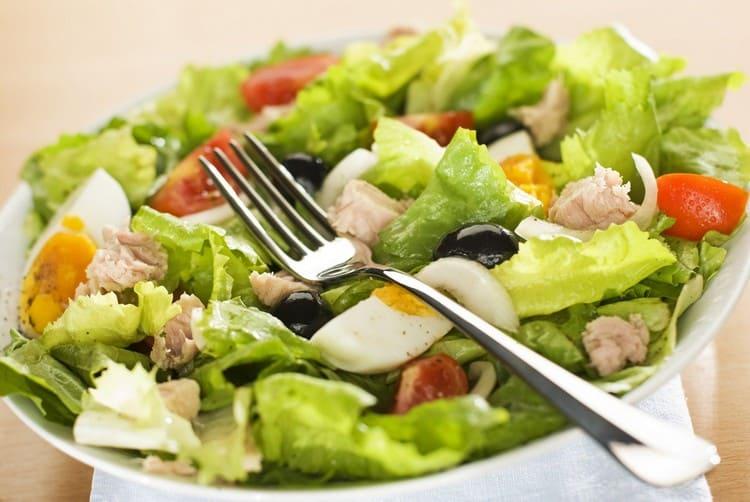 Салат с оливками и томатами