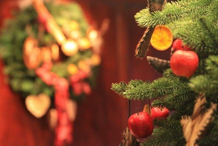 Яблоки на елке