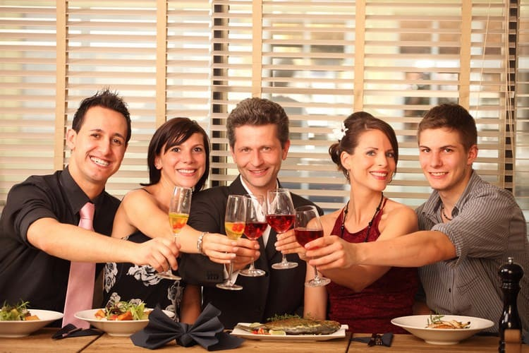 Празднование помолвки в кругу друзей